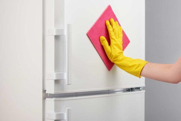 limpando a geladeira com flanela rosa