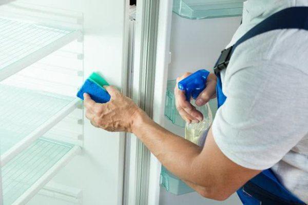 Limpando a geladeira com esponja